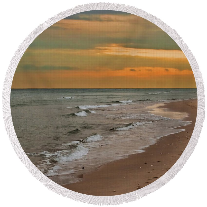 Florida Round Beach Towel featuring the photograph Oblivious by Barbara McMahon