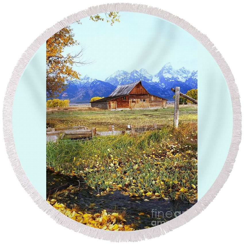 Barn Round Beach Towel featuring the photograph Old Homestead by Deanna Cagle