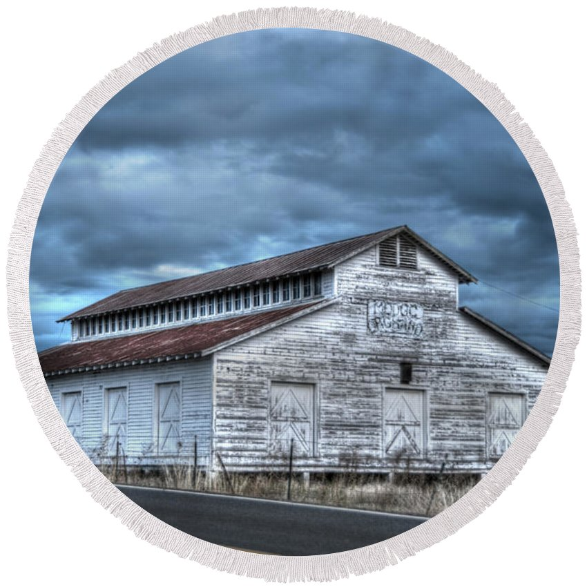 Architecture And Building Round Beach Towel featuring the photograph Old White Barn by Juli Scalzi