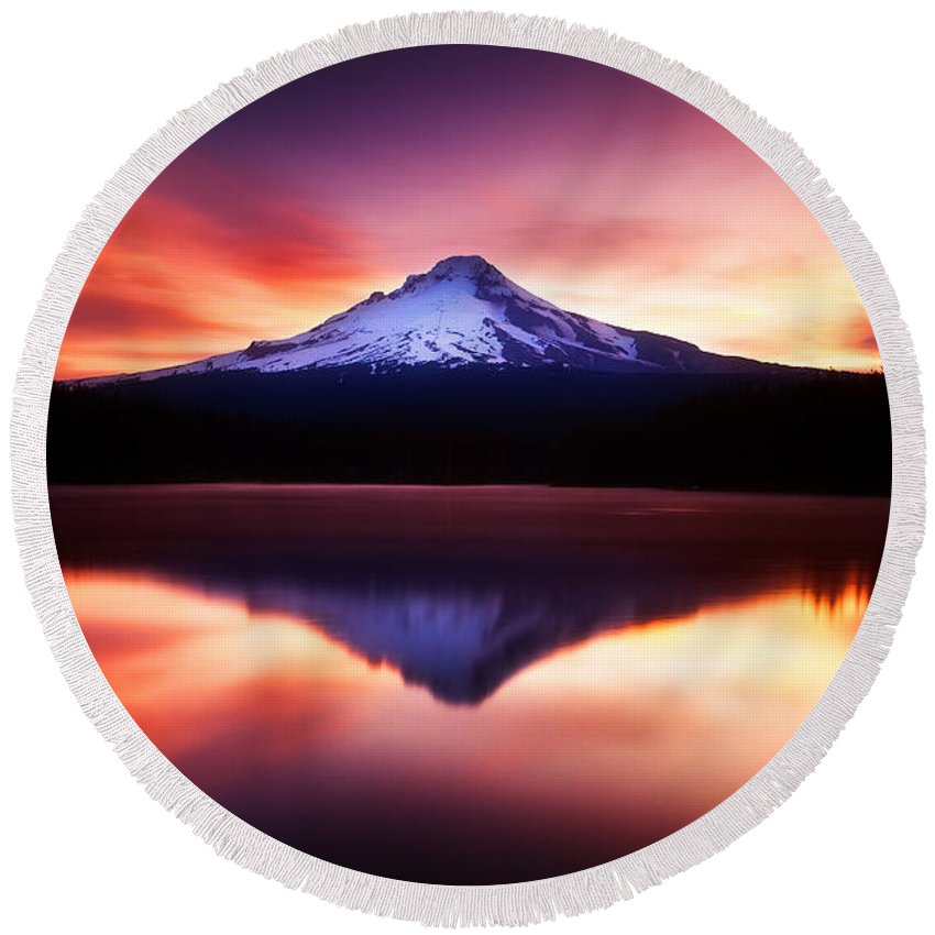 Trillium Lake Round Beach Towel featuring the photograph Peaceful Morning On The Lake by Darren White