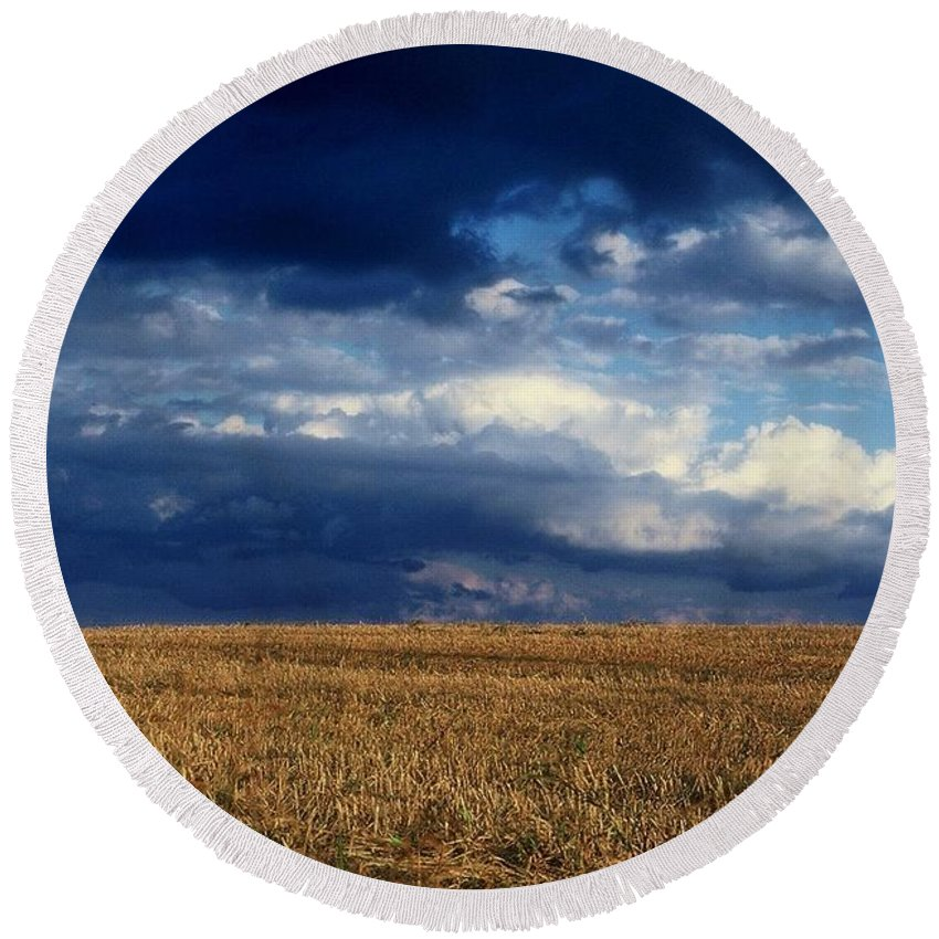 Landscapes Round Beach Towel featuring the photograph Plain Sky by Rodney Lee Williams