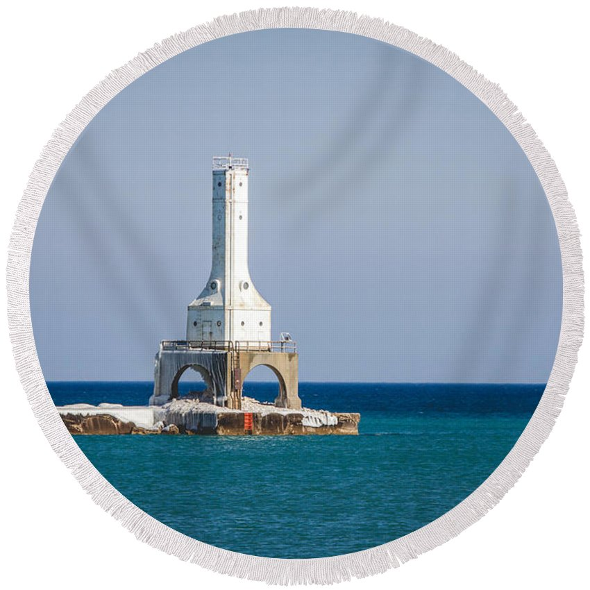Light House Round Beach Towel featuring the photograph Port Washington Lighthouse. by Jayne Gulbrand