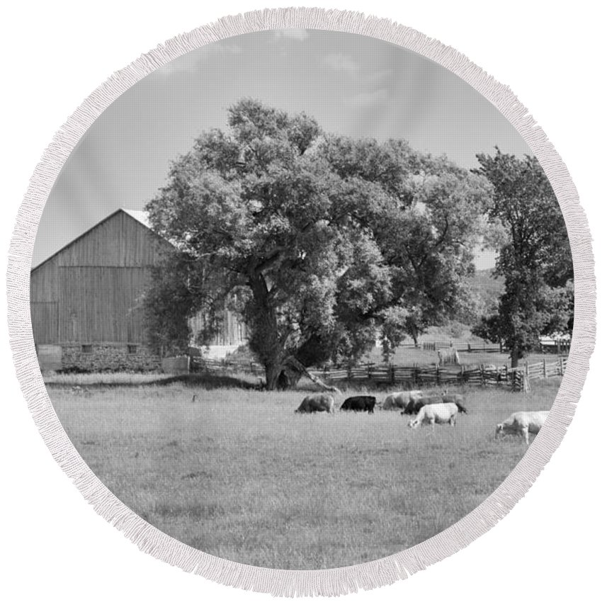 Barn Round Beach Towel featuring the photograph Reive Blvd Barn 15059b by Guy Whiteley