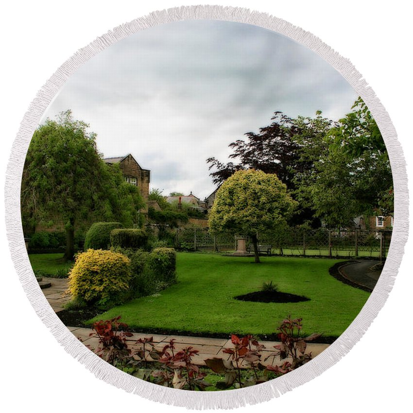 Garden Round Beach Towel featuring the photograph Remembrance Park - In Bakewell Town Peak District - England by Doc Braham