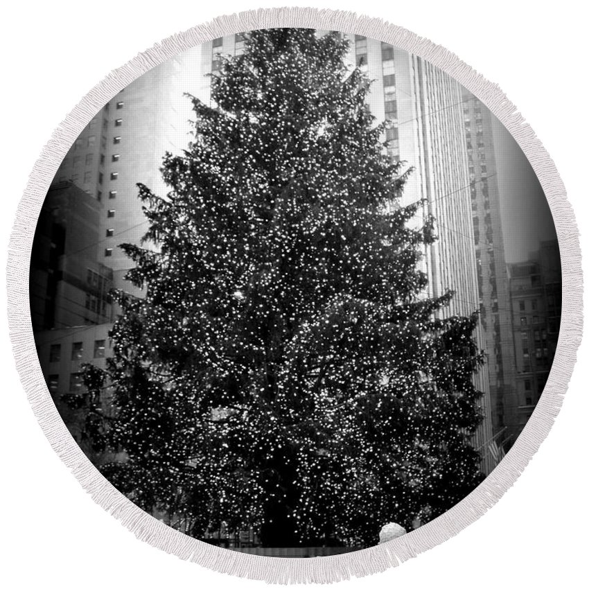 Christmas Round Beach Towel featuring the photograph Rockefeller Christmas Tree by Kimberly Perry