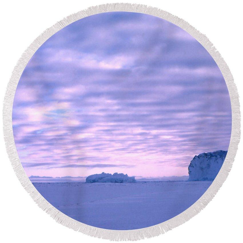 Cape Evans Round Beach Towel featuring the photograph Ross-iceshelf-g.punt-2 by Gordon Punt
