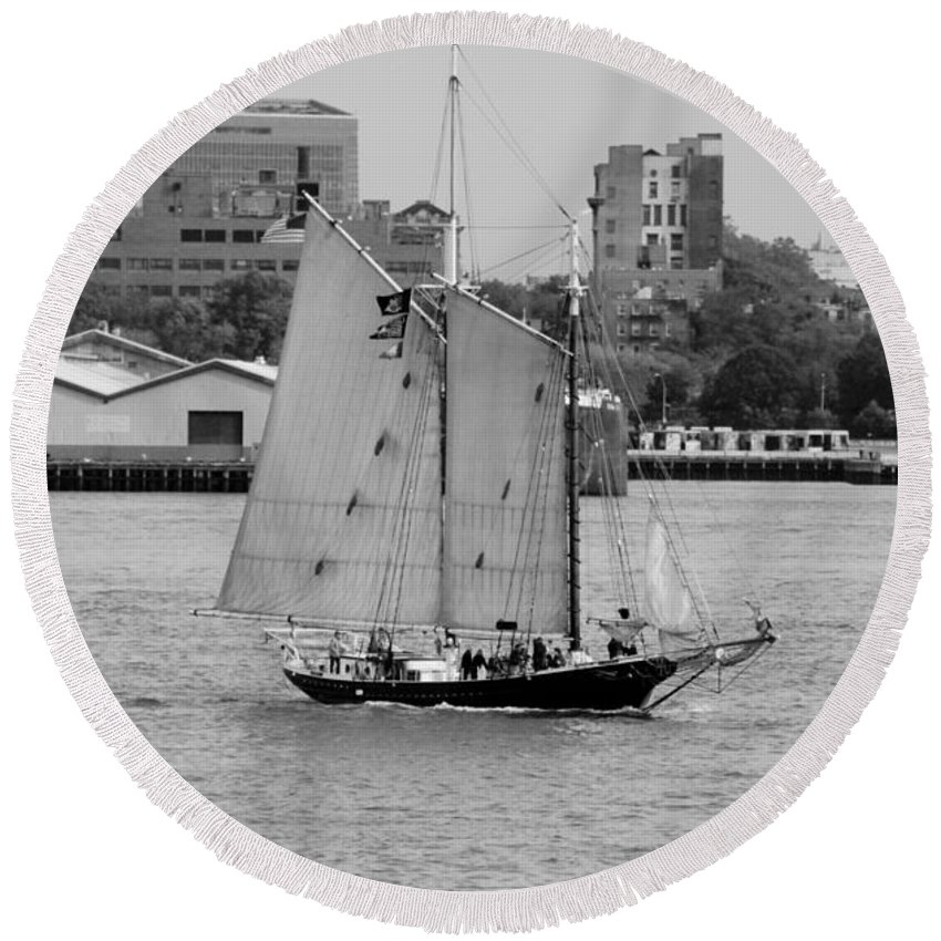 New York Round Beach Towel featuring the photograph Sailing Free In Black And White by Rob Hans