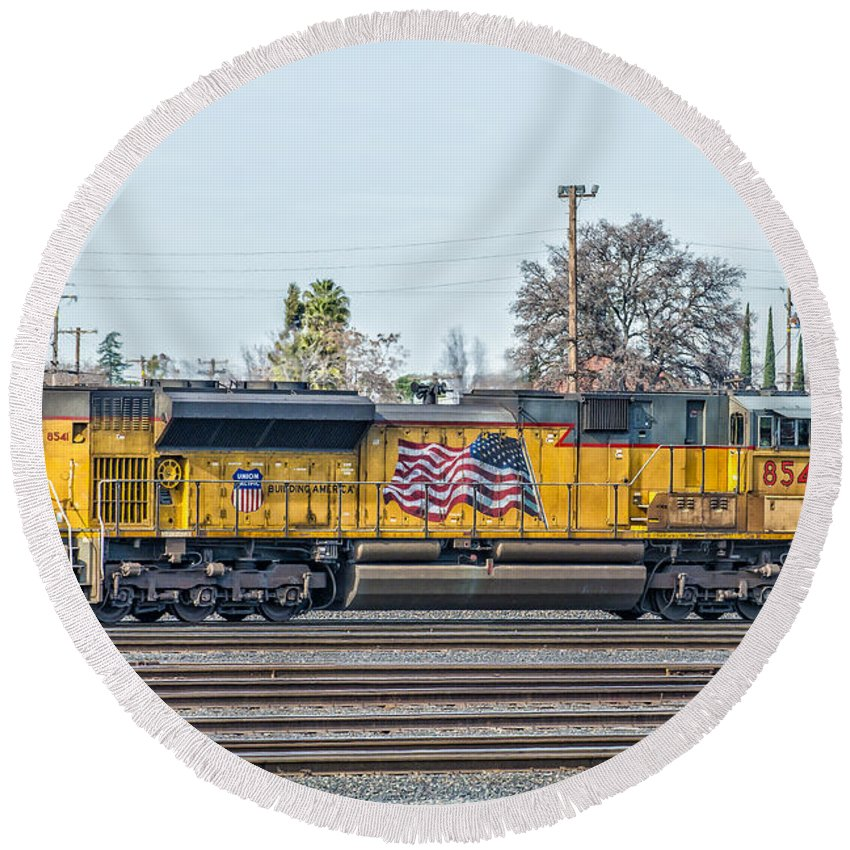 C45accte Round Beach Towel featuring the photograph Sd70ace Up8541 Leading East Out Of Roseville by Jim Thompson