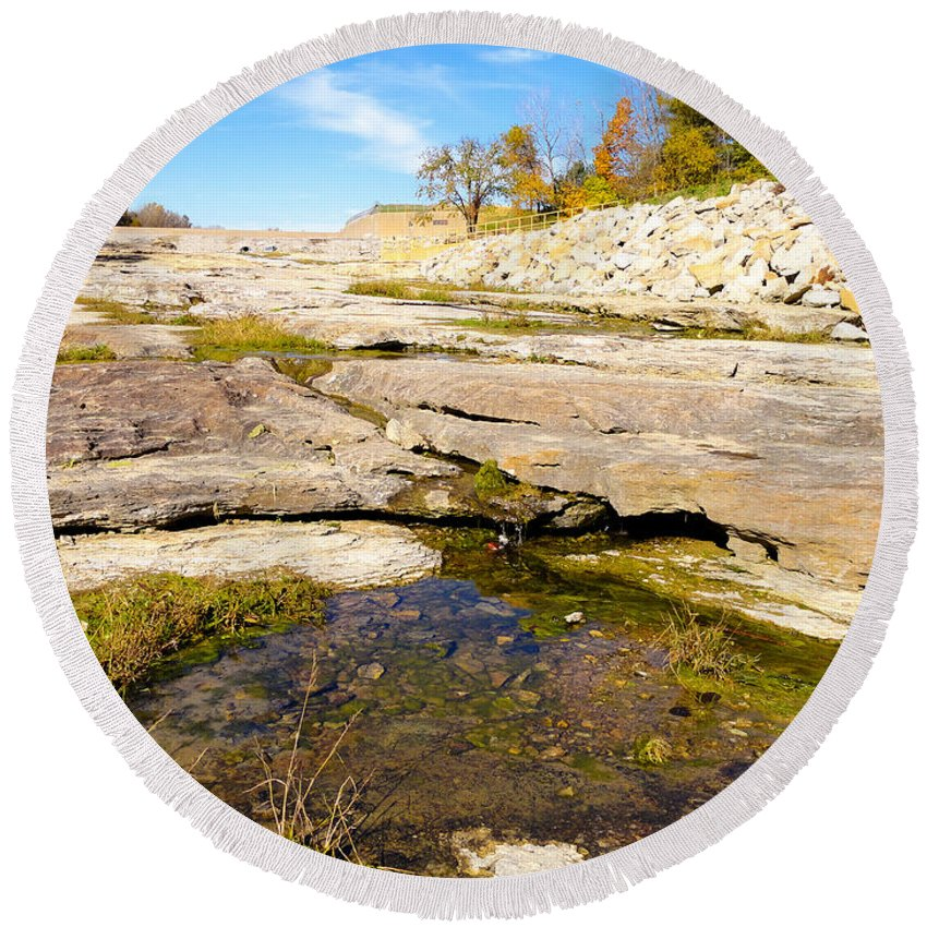 Devonian Fossil Gorge Coralville Lake Ia Round Beach Towel featuring the photograph Small Pond Devonian Fossil Gorge by Cynthia Woods