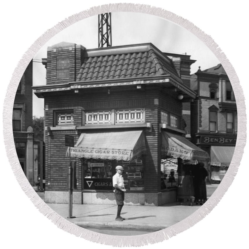 1926 Round Beach Towel featuring the photograph Smallest Store In The World by Underwood Archives