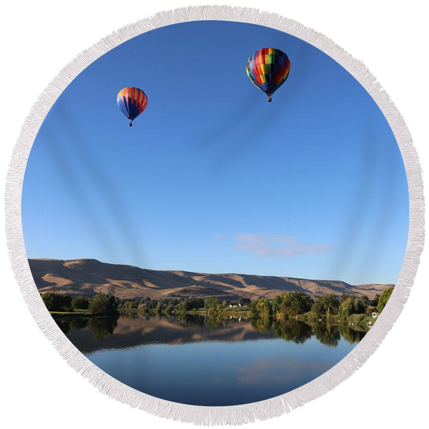 Prosser Round Beach Towel featuring the photograph Soaring In Prosser by Carol Groenen