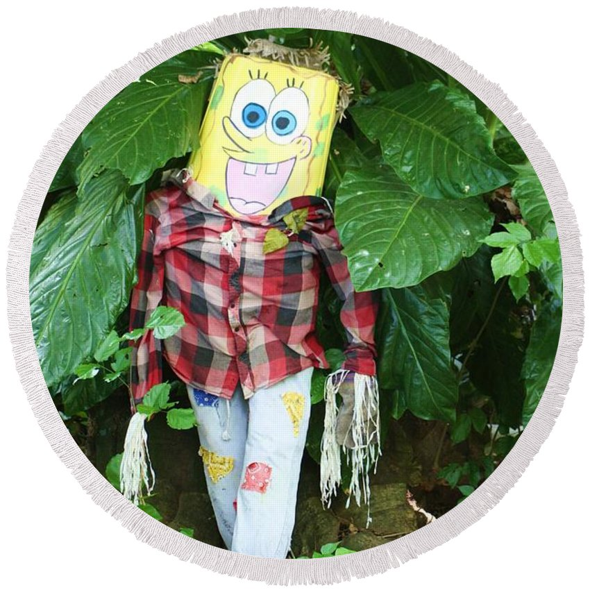 Sponge Bob Round Beach Towel featuring the photograph Sponge Bob Scarecrow by Chuck Hicks