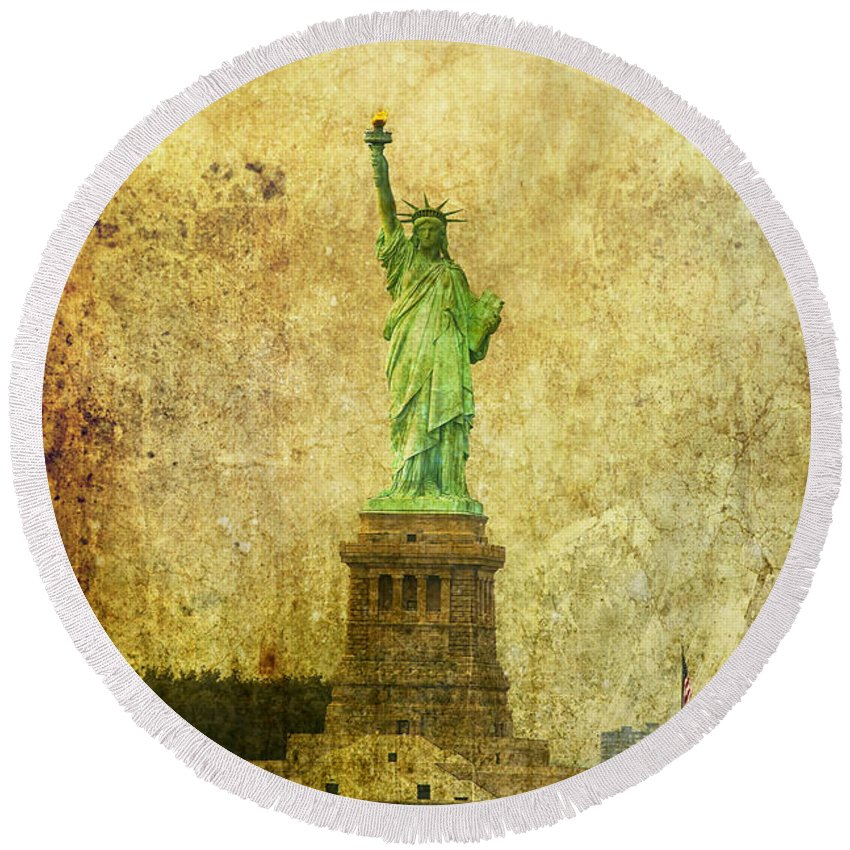 Statue Of Liberty Round Beach Towel featuring the photograph Statue Of Liberty by Garry Gay