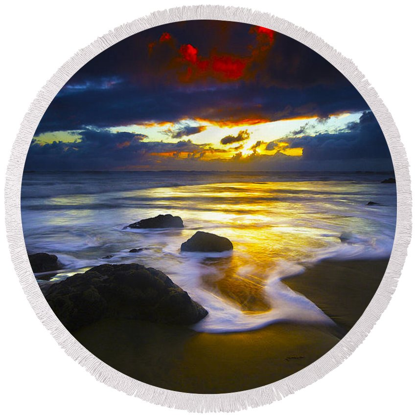 Ocean Round Beach Towel featuring the photograph Sun Is Setting by Ingrid Smith-Johnsen