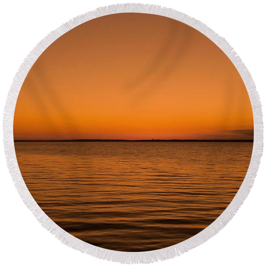Canada Round Beach Towel featuring the photograph Sunrise Over The Lake Of Two Mountains - Qc by Juergen Weiss