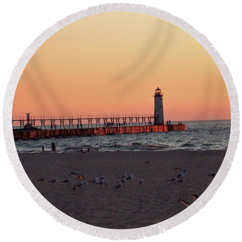 Sunset Round Beach Towel featuring the photograph Sunset At The Lighthouse by Susan Wyman