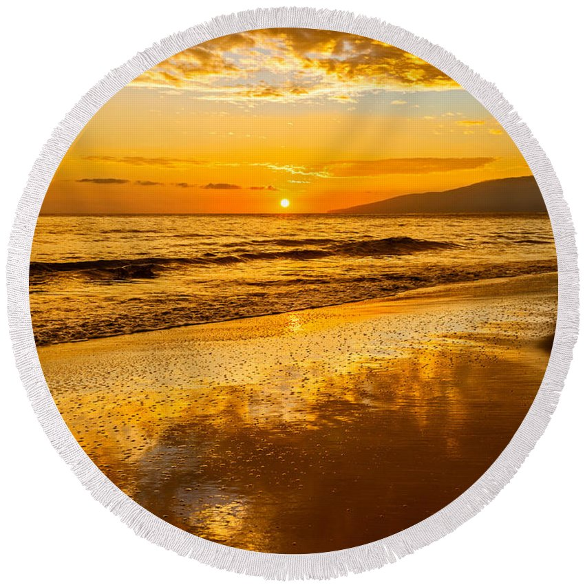 Beach Round Beach Towel featuring the photograph Sunset On Lahaina by Jamie Pham