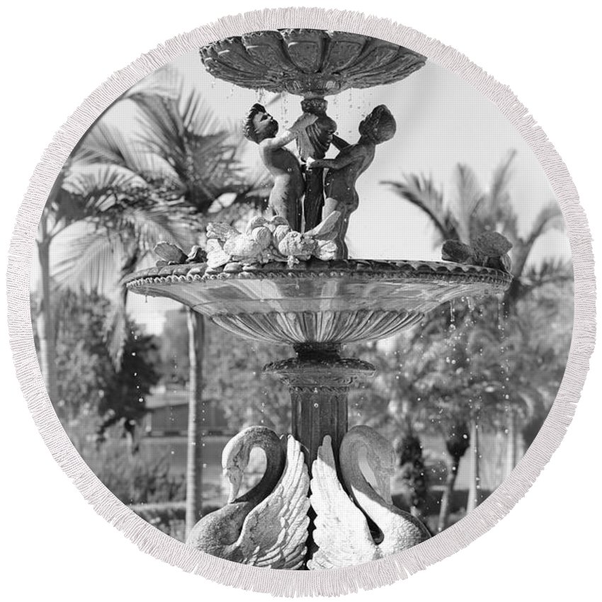 Lakeland Round Beach Towel featuring the photograph Swan Statue - Black And White With Vignette by Carol Groenen