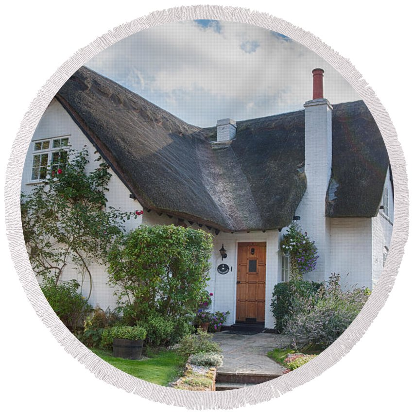 England Round Beach Towel featuring the photograph Thatched Cottage by Dan McManus
