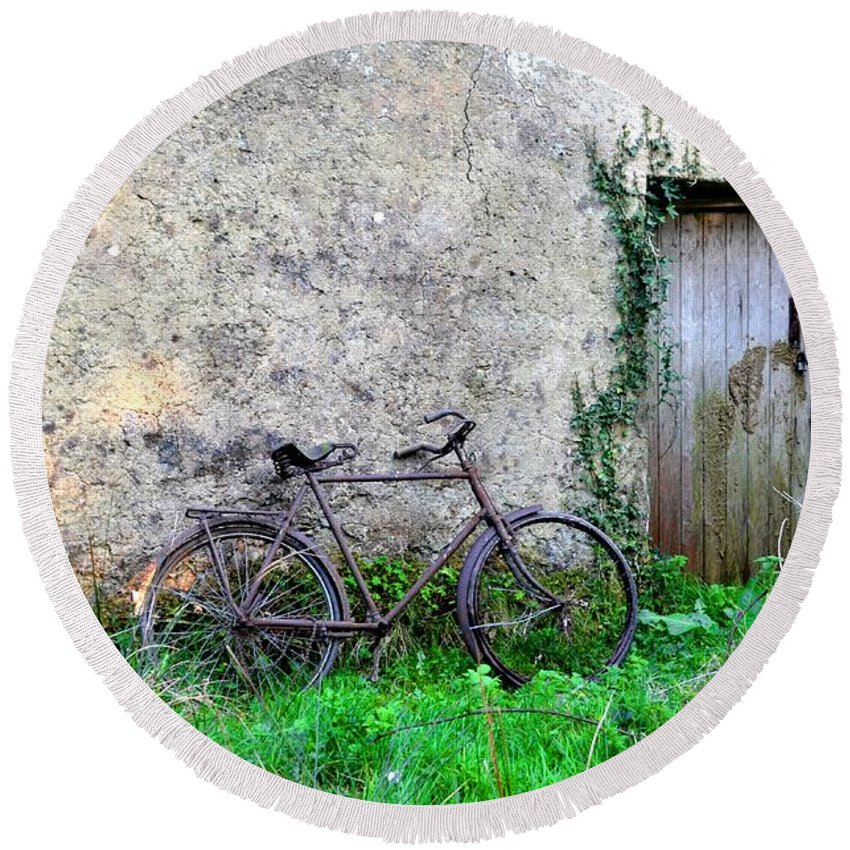 Old Round Beach Towel featuring the photograph The Old Bike In The Irish Countryside by Bill Cannon