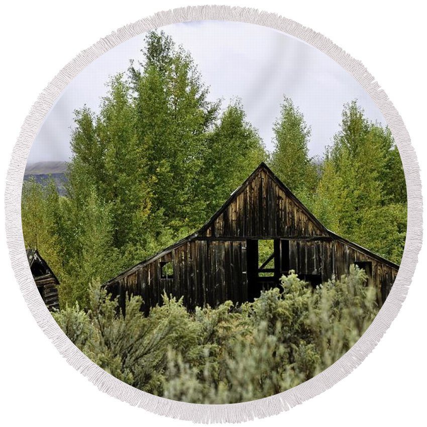 Palisades Round Beach Towel featuring the photograph The Rustic Barn by Image Takers Photography LLC - Laura Morgan