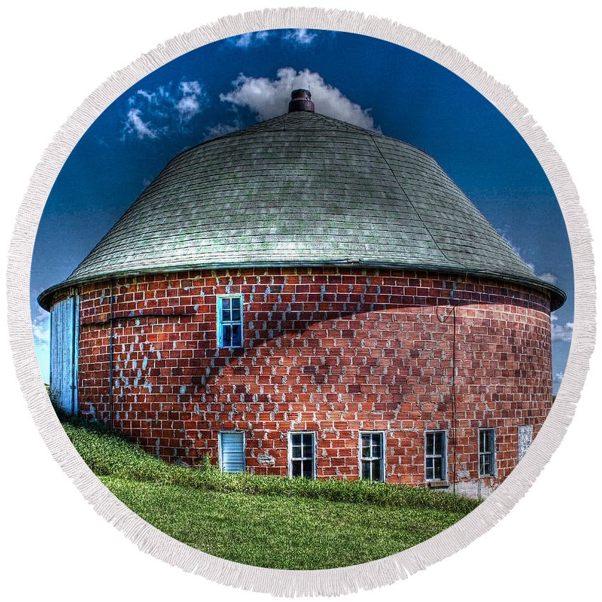 Vernon County Round Beach Towel featuring the photograph Vernon County Barn by Tommy Anderson