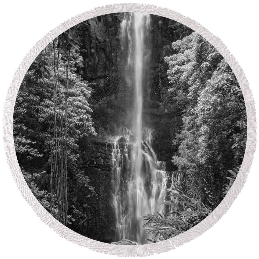 Wailua Falls Road To Hana Maui Hawaii Waterfall Waterfalls Water Landscape Landscapes Tree Trees Vine Vines Fern Ferns Nature Waterscape Waterscapes Black And White Round Beach Towel featuring the photograph Wailua Falls 2 by Bob Phillips