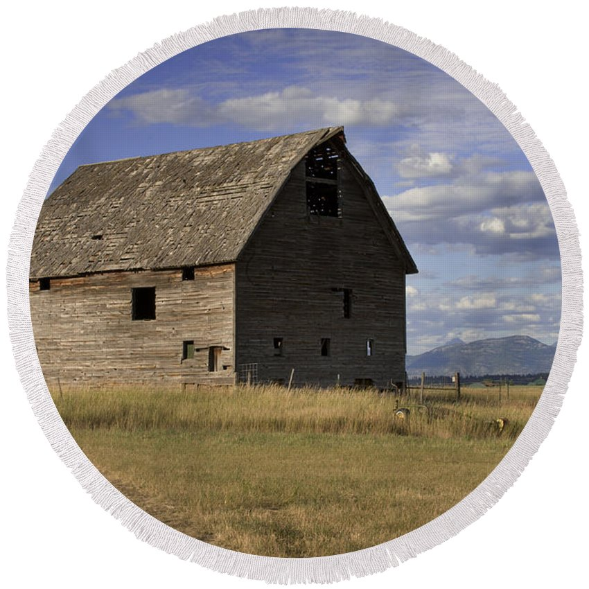 Big Sky Round Beach Towel featuring the photograph Old Big Sky Barn by Sandra Bronstein
