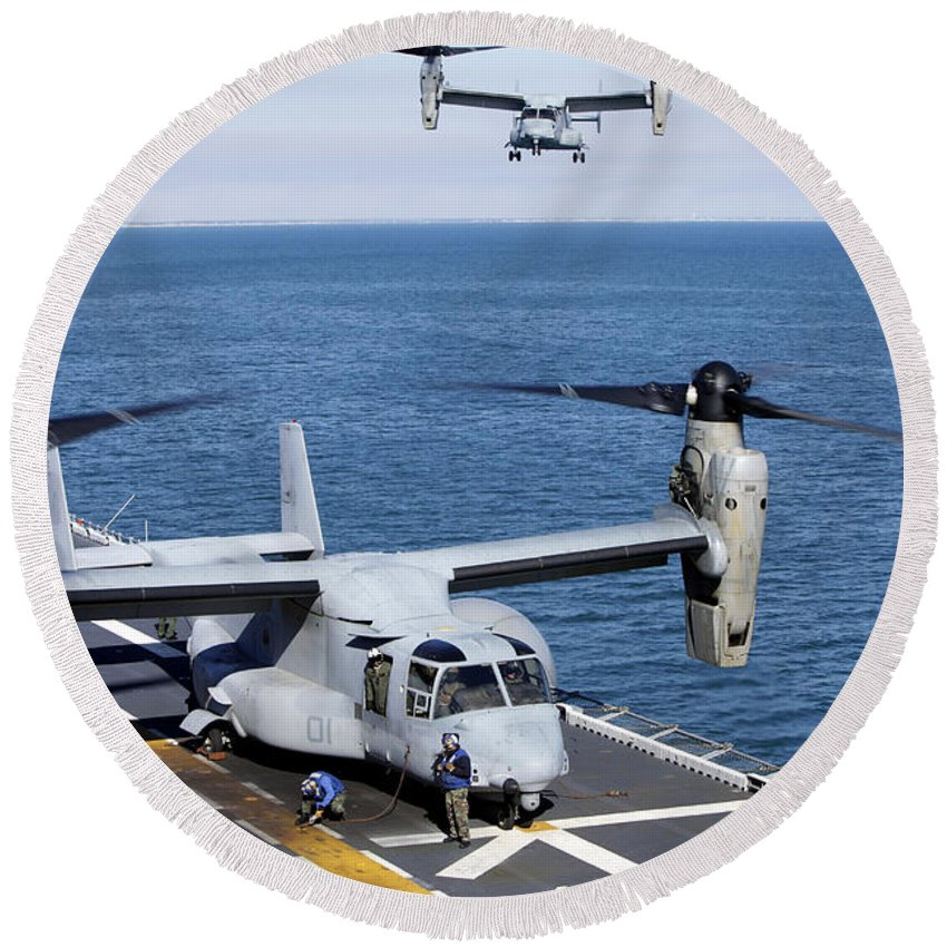 Uss Kearsarge Round Beach Towel featuring the photograph An Mv-22 Osprey Tiltrotor Aircraft by Stocktrek Images