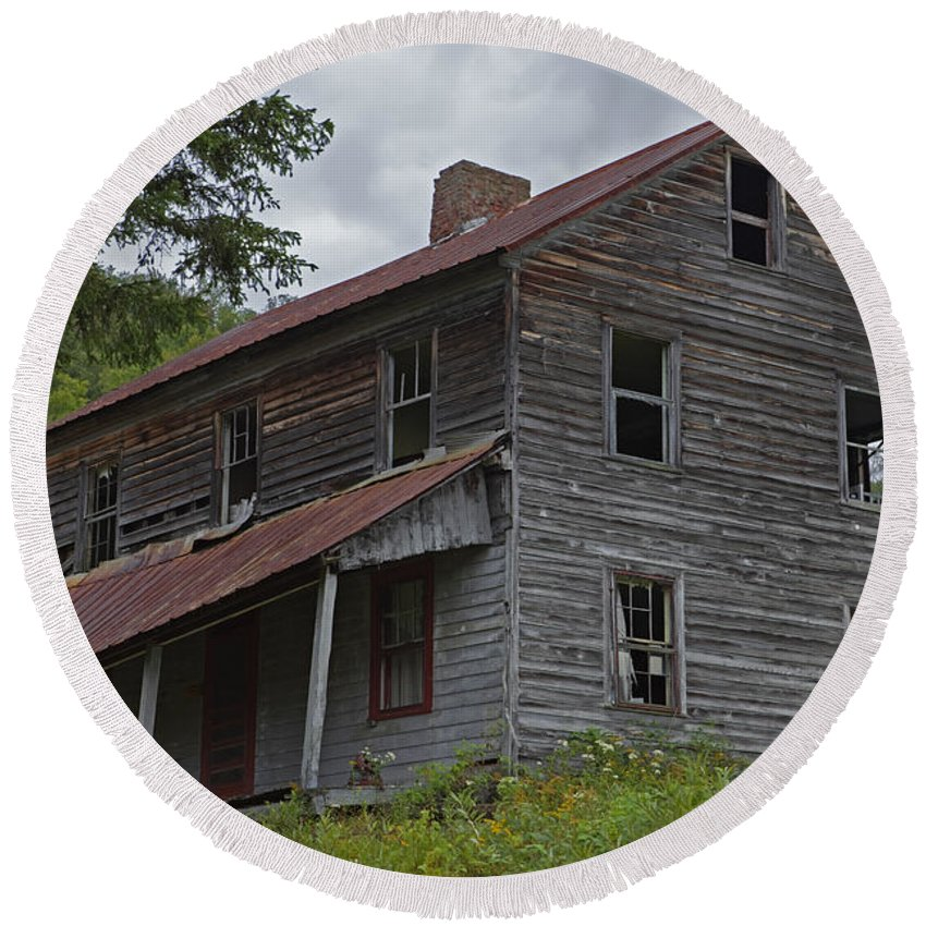 Abandoned Farmhouse Round Beach Towel featuring the photograph Abandoned Homestead by John Stephens