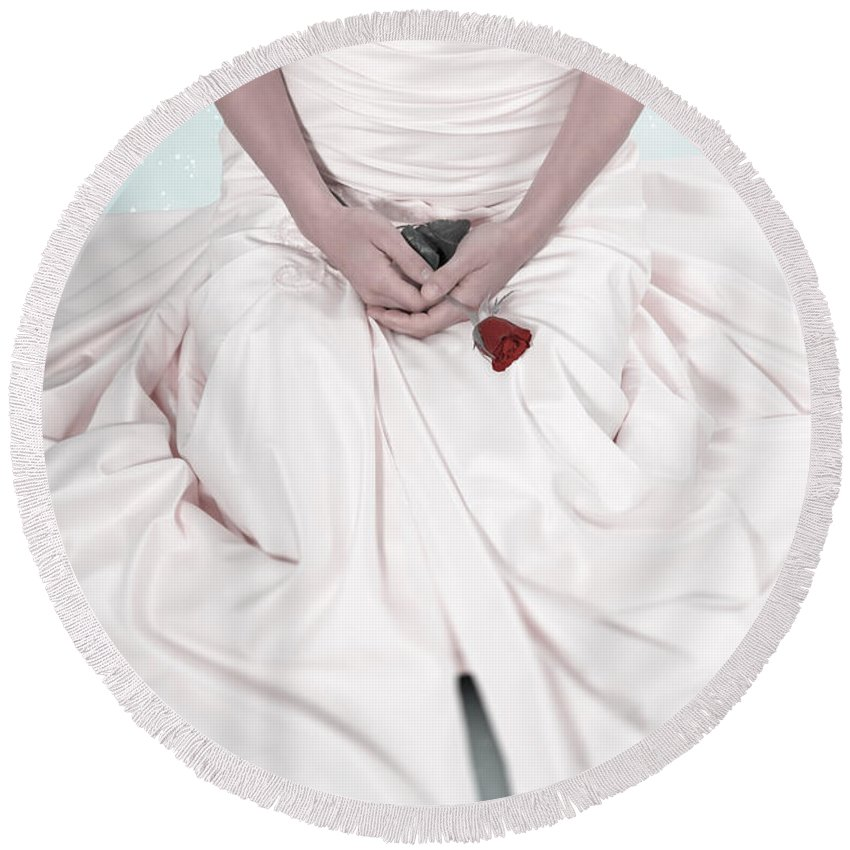 Weiblich Round Beach Towel featuring the photograph Lady With A Rose by Joana Kruse