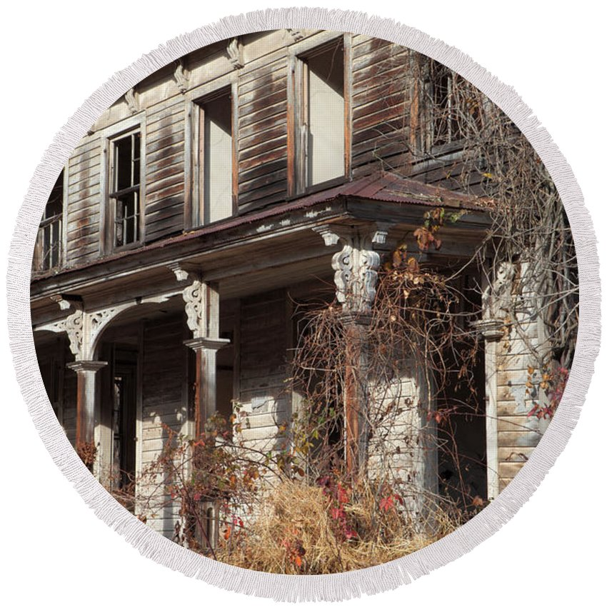 Weed Round Beach Towel featuring the photograph Abandoned Dilapidated Homestead by John Stephens