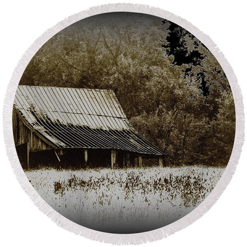 Barn Round Beach Towel featuring the photograph Barn In The Field by Travis Truelove