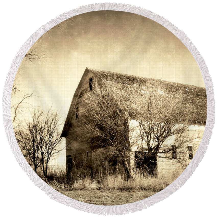 This Is A Wonderful Farm In South Dakota. An Absolutly Perfect Setting Round Beach Towel featuring the photograph Block Barn by Julie Hamilton