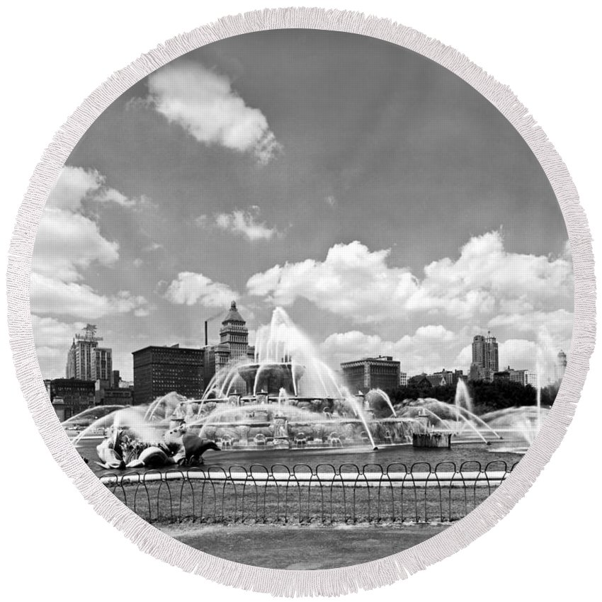 1950's Round Beach Towel featuring the photograph Buckingham Fountain In Chicago by Underwood Archives