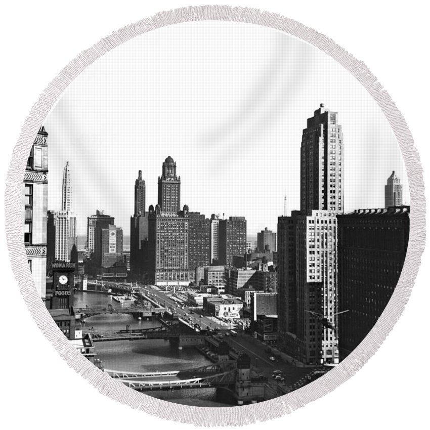 1940's Round Beach Towel featuring the photograph Chicago River In Chicago by Underwood Archives
