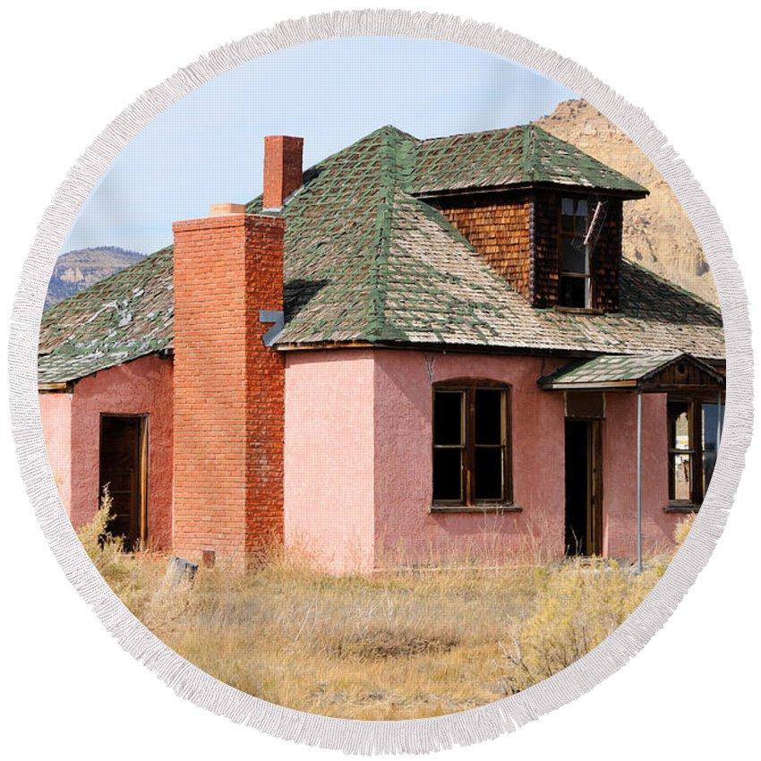 Abandon Round Beach Towel featuring the photograph Colorful Abandoned Home In Dying Farm Town by Gary Whitton