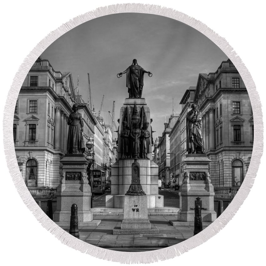 Yhun Suarez Round Beach Towel featuring the photograph Crimean War Memorial by Yhun Suarez