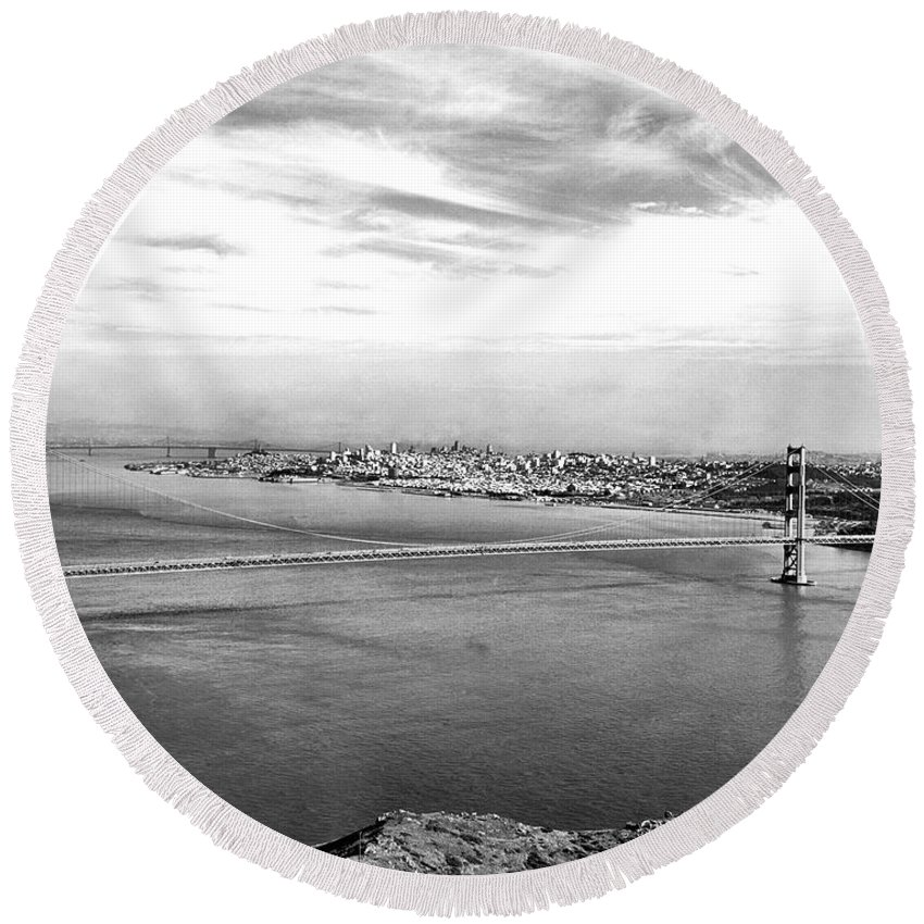 B And W Round Beach Towel featuring the photograph Golden Gate Bridge by Underwood Archives