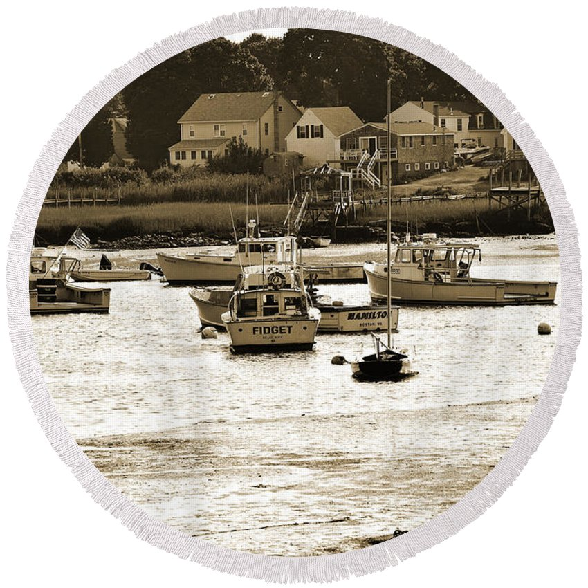 Green Harbor Round Beach Towel featuring the photograph Green Harbor At Low Tide by Christine Stonebridge
