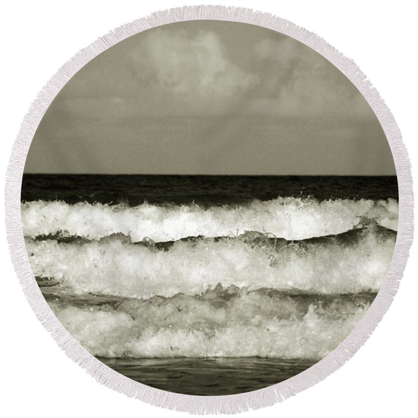Tide Round Beach Towel featuring the photograph High Tide by Susanne Van Hulst
