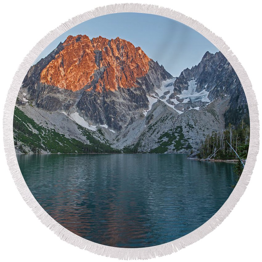 Lake Colchuck Round Beach Towel featuring the photograph Lake Colchuck Sunset by Mike Reid
