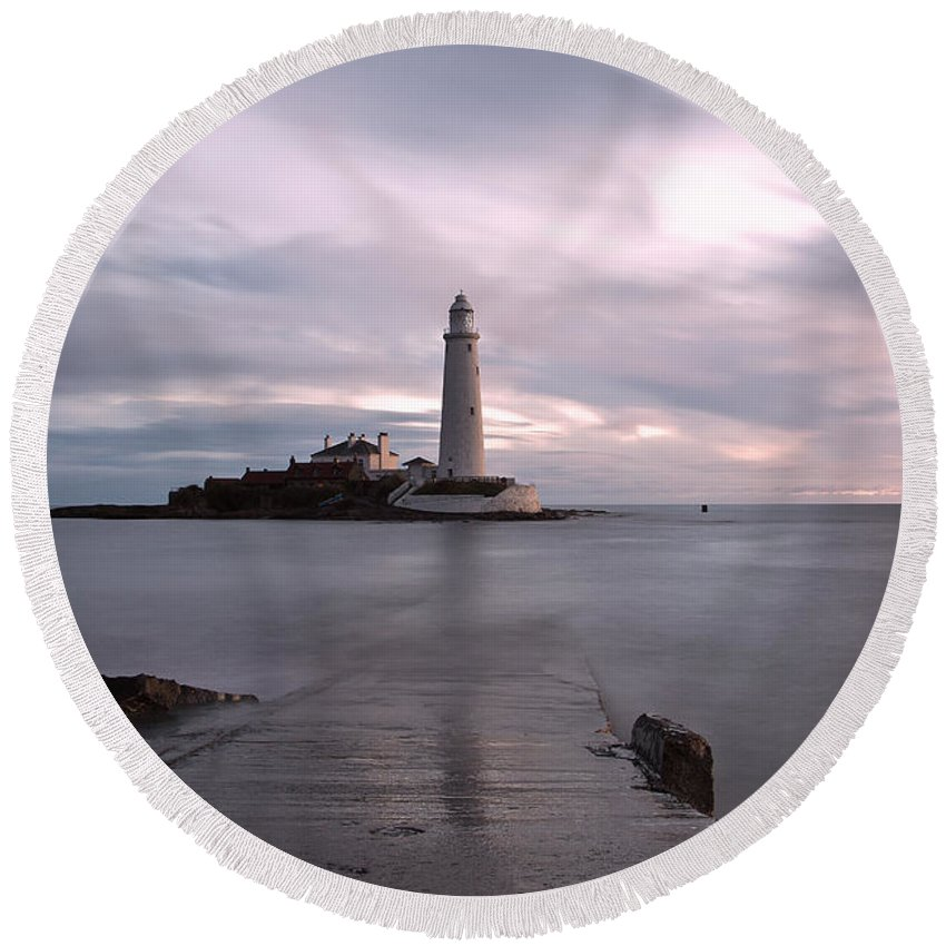 St Marys Lighthouse Round Beach Towel featuring the photograph Lighthouse Before Sunrise by David Pringle