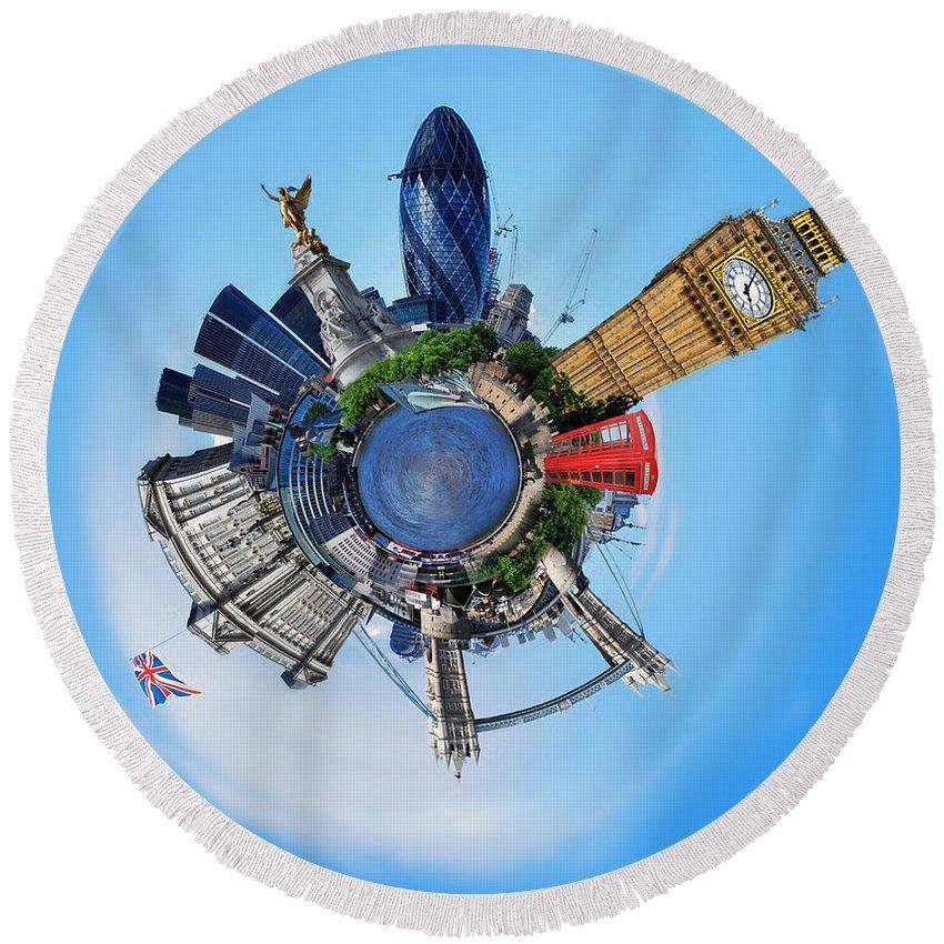Yhun Suarez Round Beach Towel featuring the photograph Little Planet - London by Yhun Suarez