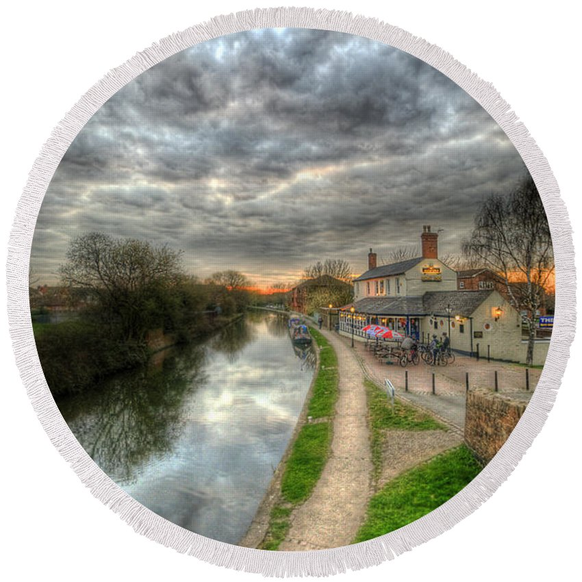 Yhun Suarez Round Beach Towel featuring the photograph Moody Sunset At The Boat Inn by Yhun Suarez