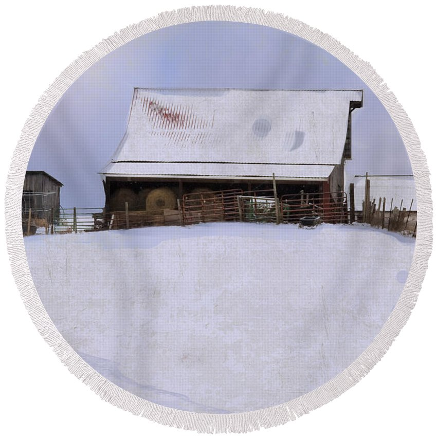 Winter Round Beach Towel featuring the photograph Mueller's Barn by Ron Jones