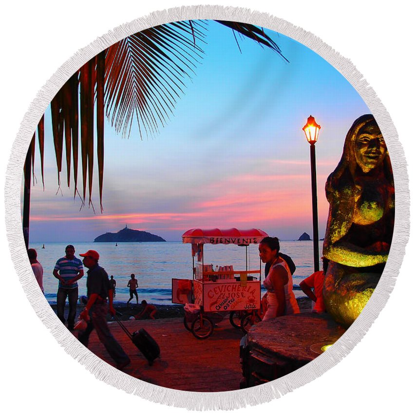Mujer Del Mar Round Beach Towel featuring the photograph Mujer Del Mar by Skip Hunt
