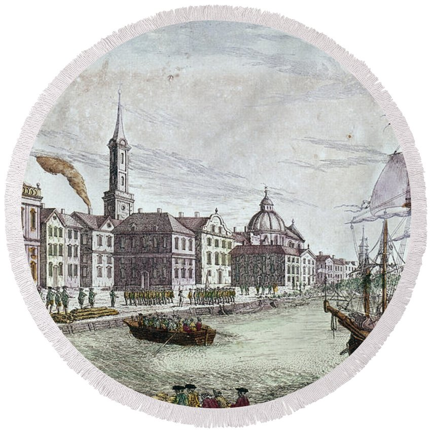 1776 Round Beach Towel featuring the photograph New York: British, 1776 by Granger