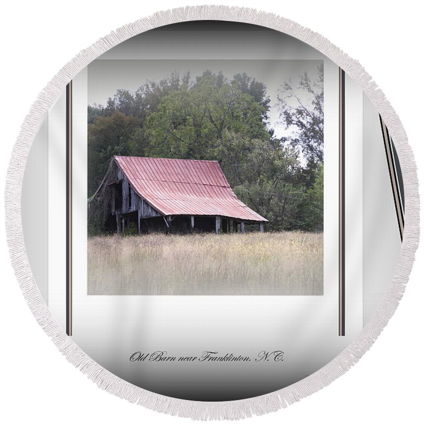 Barn Round Beach Towel featuring the photograph Old Barn - Edge Of The Field by Travis Truelove