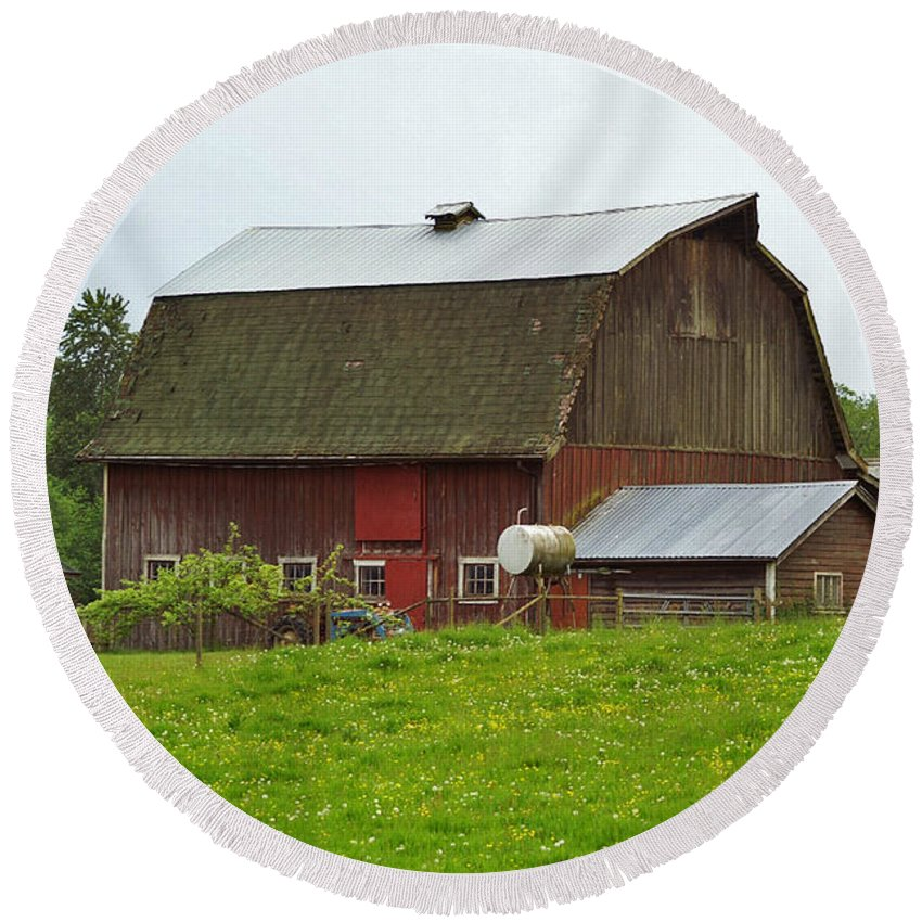 Barns Round Beach Towel featuring the photograph Old Barn On 264th. Street by Randy Harris